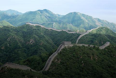 Wielki Mur Chiński rozciąga się od Shanhaiguan nad zatoką Liaodong do Jiayuguan w górach Nan Shan. Aby móc zobaczyć tą fortyfikację wpisaną na listę światowego dziedzictwa UNESCO, trzeba posiadać wizę do Chin i mieć odpowiednio dużo czasu na zwiedzanie. Ps. wygodne buty też się przydadzą.