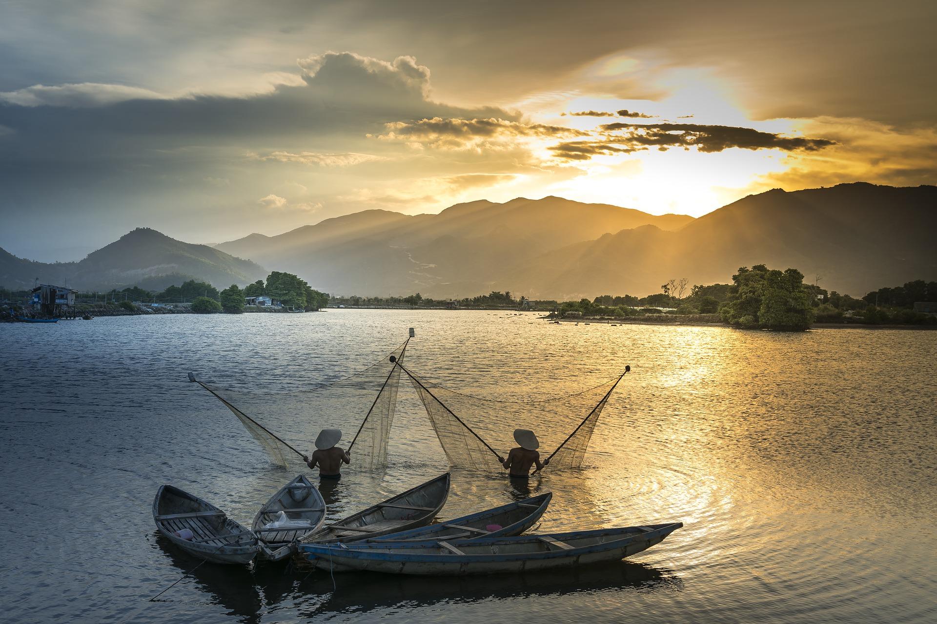Wietnamscy rybacy łowiący ryby.