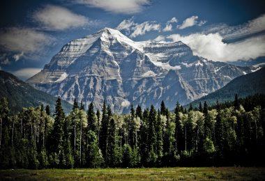 Mount Robson najwyższy szczyt w Kanadzie sięgający 3954 m n.p.m. Nazwa szczytu nadano po Colinie Robertsonie.