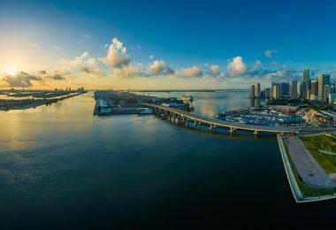 Miasto Miami na wybrzeżu Oceanu Atlantyckiego.