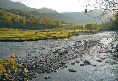 Rzeka w Rosji u podnóża gór