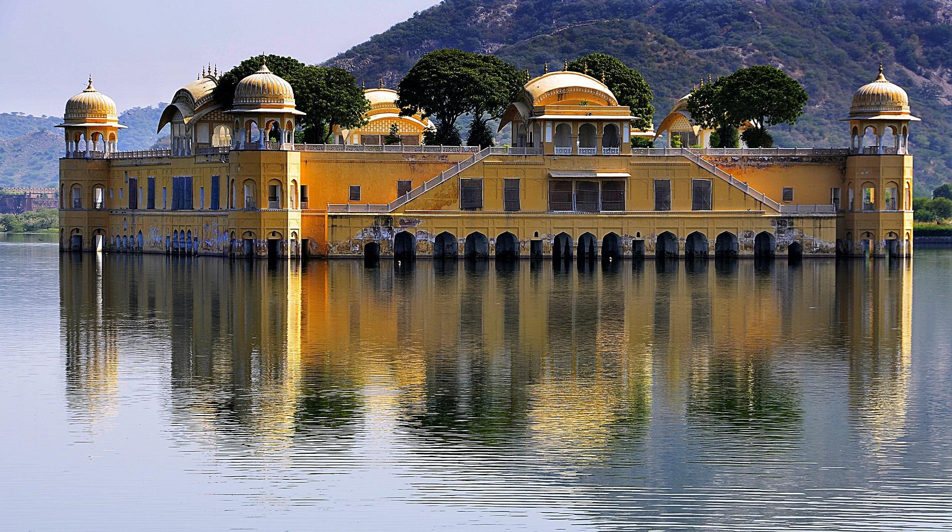 Jal Mahal znajduje się pośrodku sztucznego jeziora Man Sagar. Pałac i jezioro zostały zbudowane w XVIII wieku