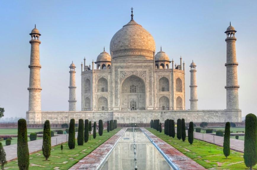 Tadż Mahal został wybudowany w Agrze, mieście nad rzeką Jamuna, w indyjskim stanie Uttar Pradesh. Tadż Mahal leży w odległości ok. 200 kilometrów od Delhi. Aby pojechać i zobaczyć indyjskie mauzoleum trzeba posiadać ważny paszport i wklejoną wizę do Indii