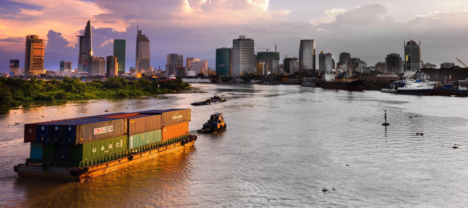 Wpływający statek do miasta Ho Chi Minh w Wietnamie